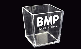contenitore in plastica con scritto BMP Elevatori su misura