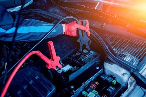 elettrauto al lavoro su una batteria auto