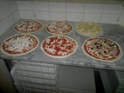 le nostre pizze prima di andare in forno