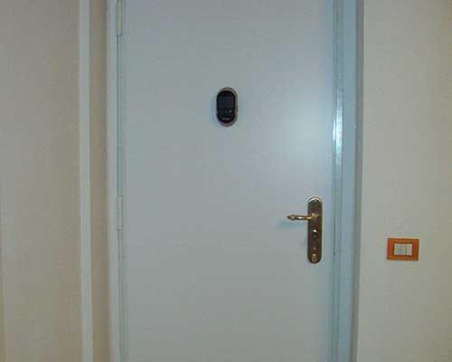 Porta bianca con serratura di sicurezza