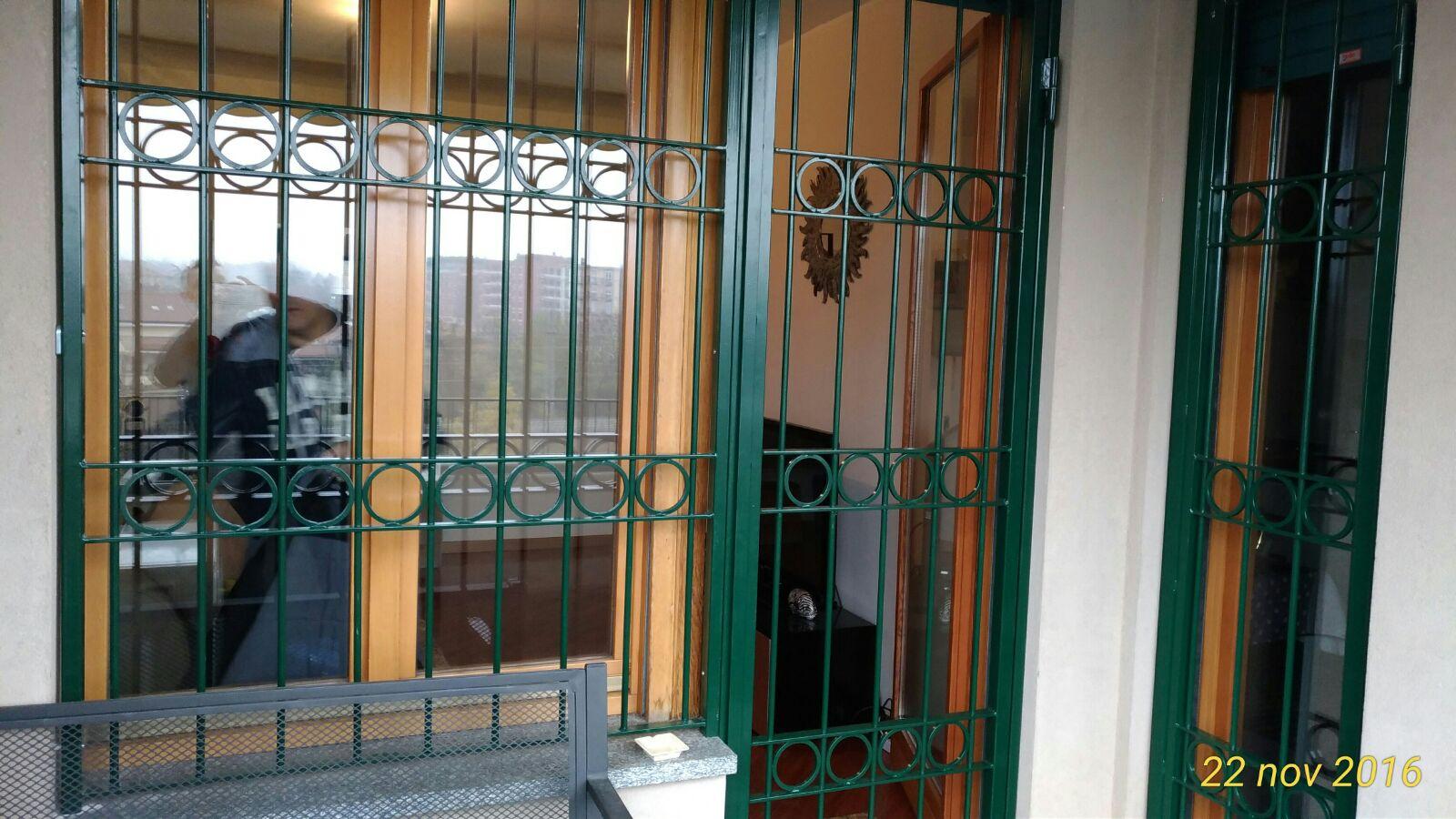 Vomeri verde per porta e finestra di sottili verghe e ornamento circolare