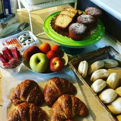Colazione con frutta e dolci