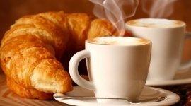 croissant con cappuccino
