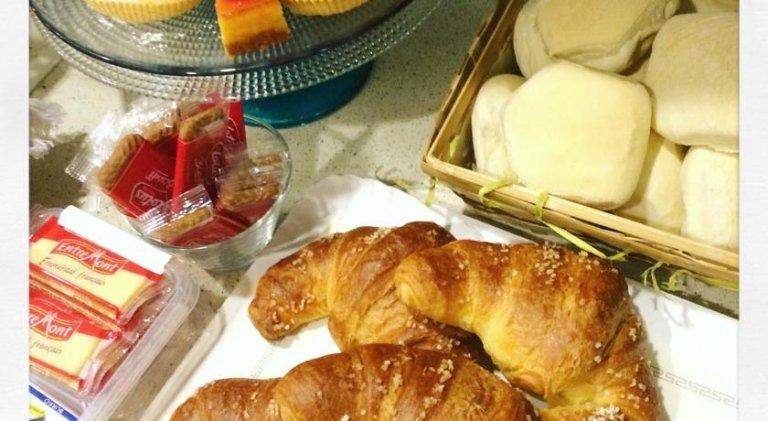 prima colazione con croissants