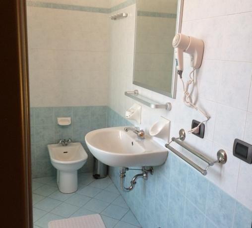 bagno fornito di asciugacapelli