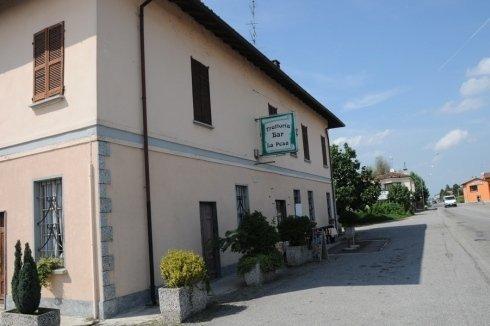 facciata edificio con insegna trattoria
