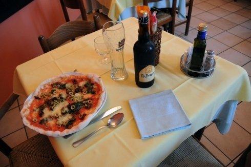 tavolo con pizza e birra