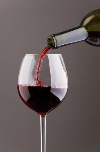 vino rosso in un calice