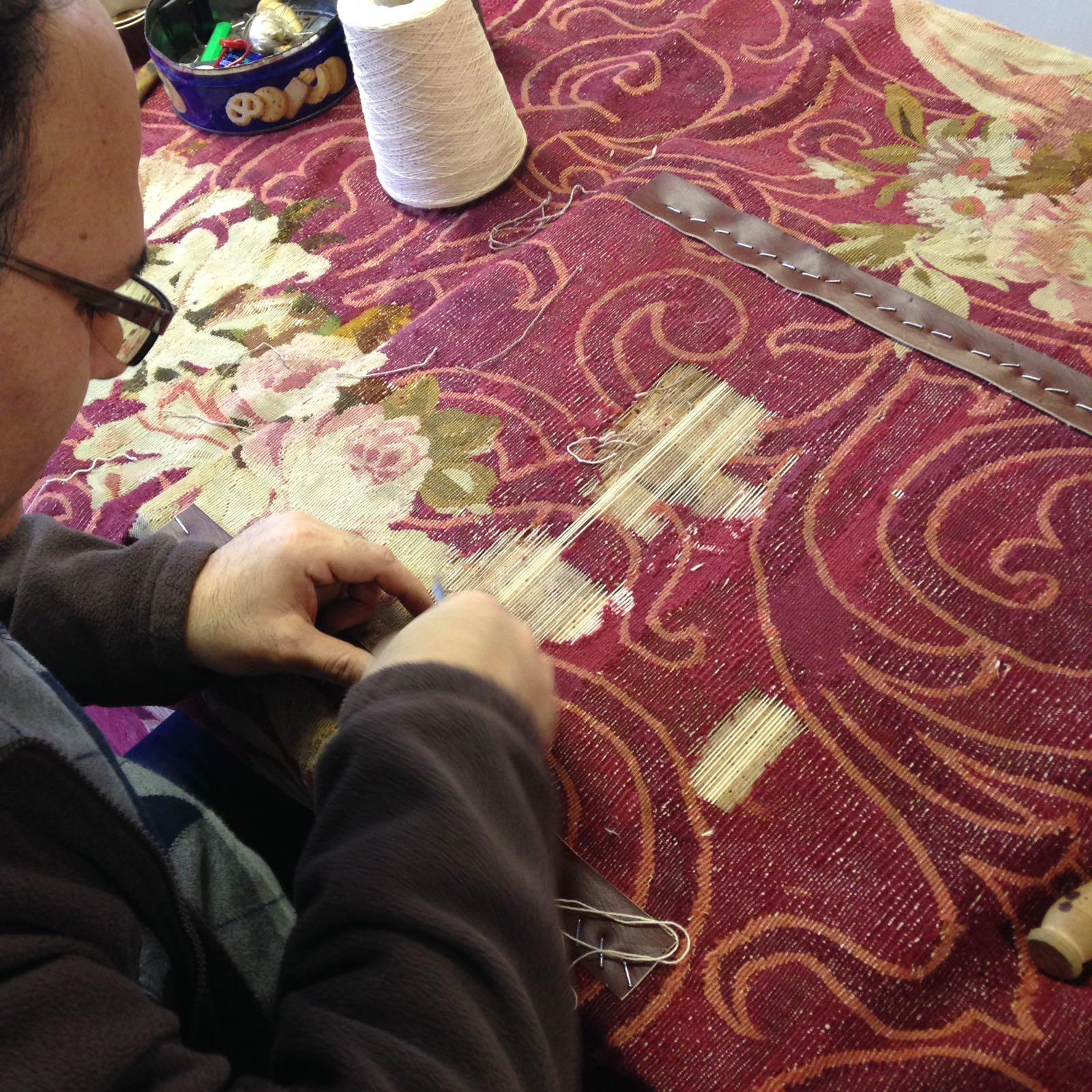 Esperto durante la riparazione di un tappeto