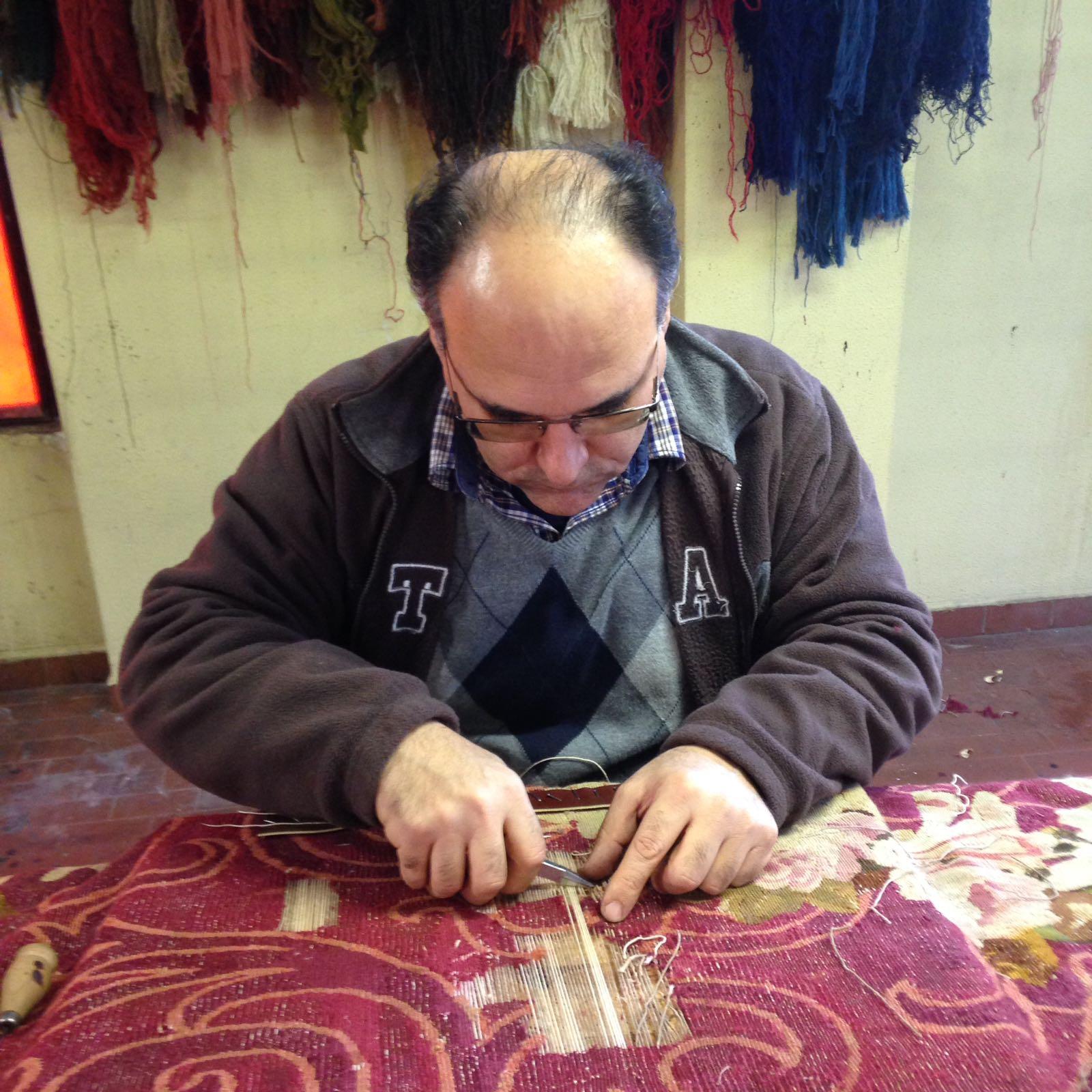 esperto durante la riparazione di un tappeto pregiato