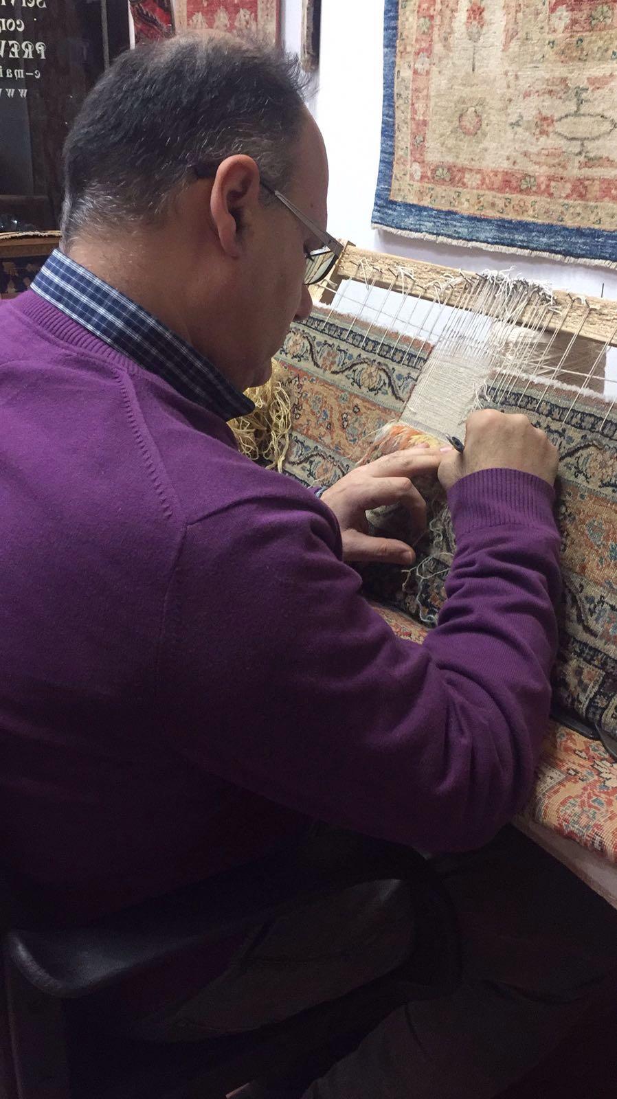 Esperto  mentre lavoro un tappeto
