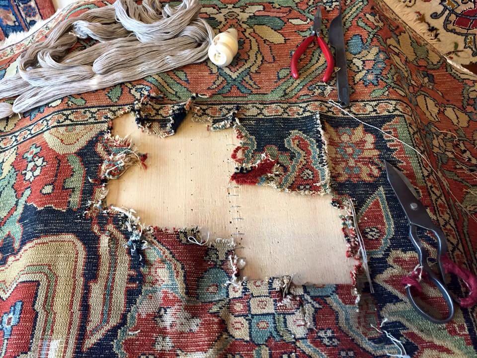 Dettaglio tappeto persiano in riparazione
