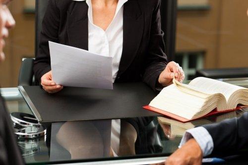 un avvocato seduto alla scrivania che esamina una pratica