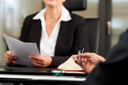 avvocato seduto con un foglio in mano