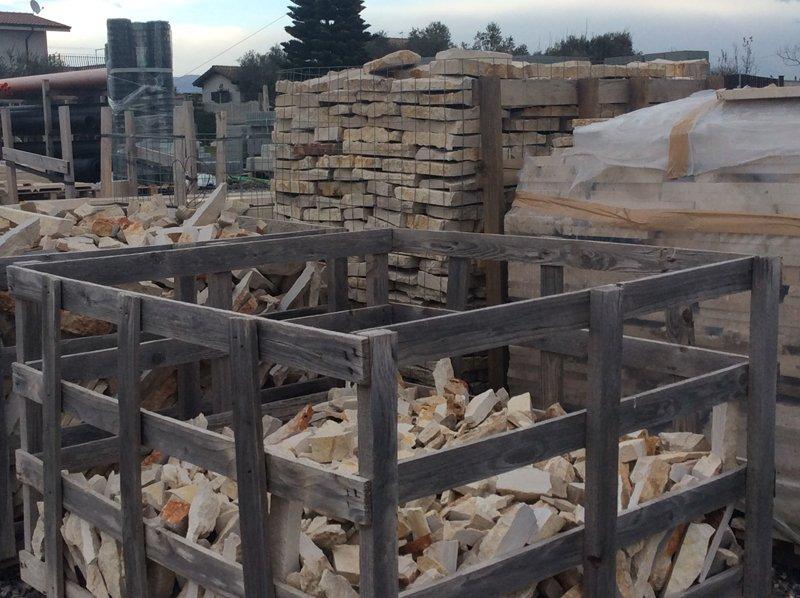 stock di mattoni dentro delle recinzioni