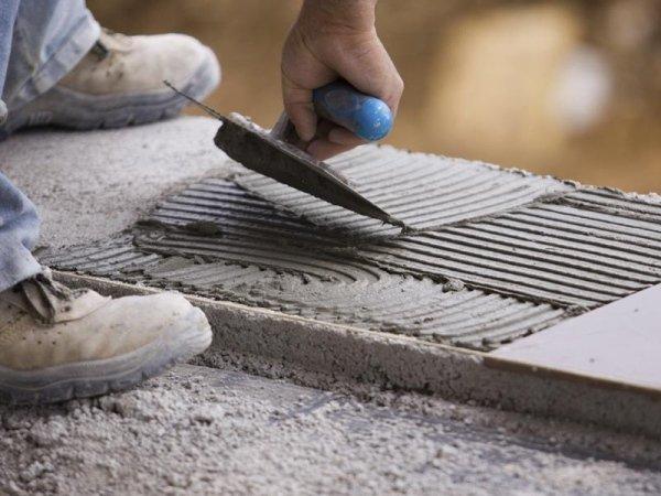 operaio durante una lavorazione su cemento