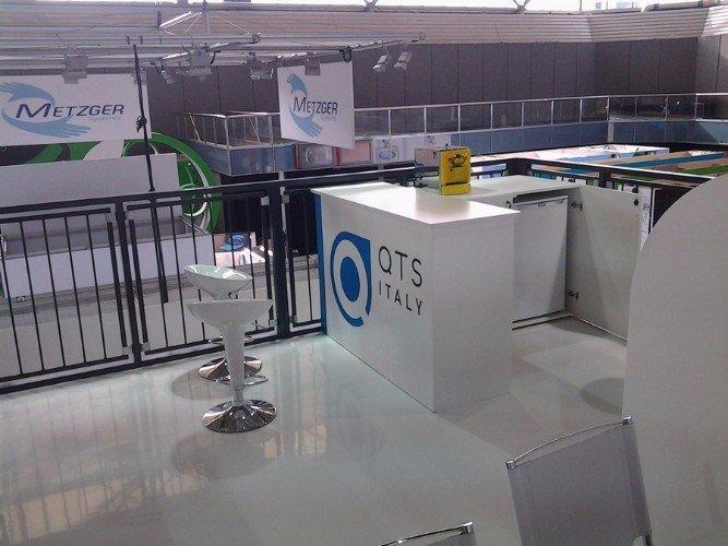 uno stand della marca QTS Italy