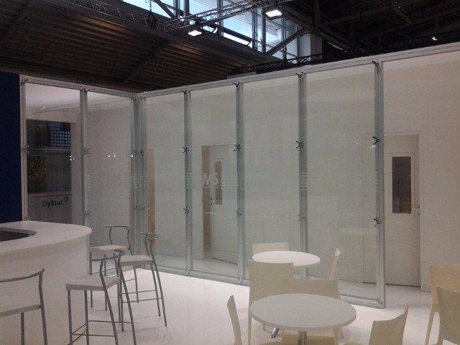dei tavoli e sedie e accanto delle vetrate