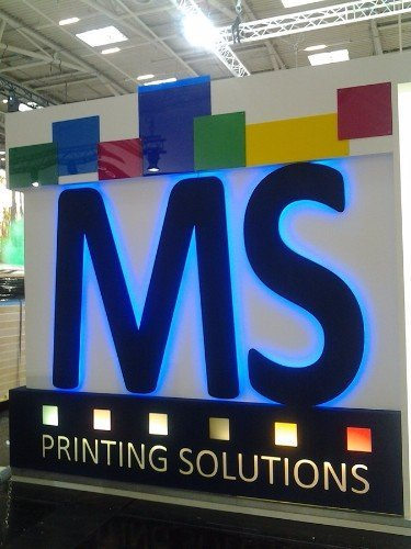 una scritta illuminata MA Printings solutions
