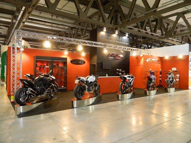uno stand con esposizione delle moto
