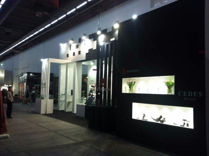 uno stand con muretti di color bianco e nero e una scritta Cedes Milano