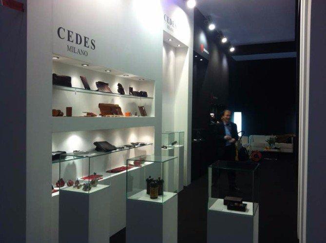 delle mensole con oggetti di pelle all'interno dello stand di Cedes Milano