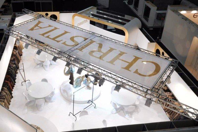 un cartellone di Christia supportato da una struttura di metallo