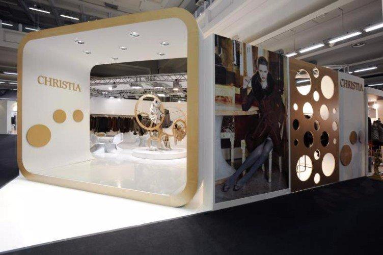 uno stand di Christia di color bianco e dorato