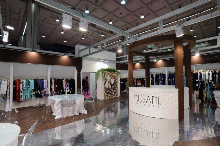 uno stand con degli abiti appesi di Musani Couture