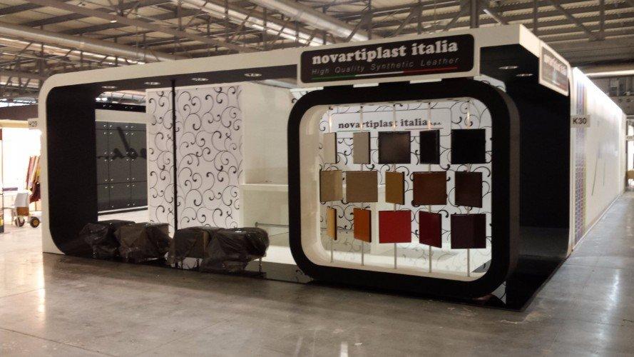 uno stand di Novartiplast Italia con dei campioni di pelle
