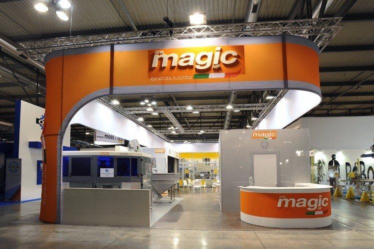 uno stand del Magic con i colori bianco e arancione