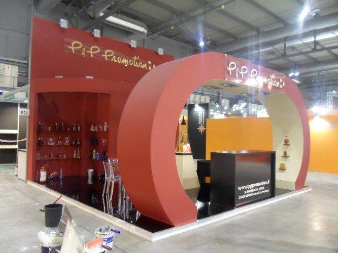 uno stand di color rosso con scritto in oro P & P promotions