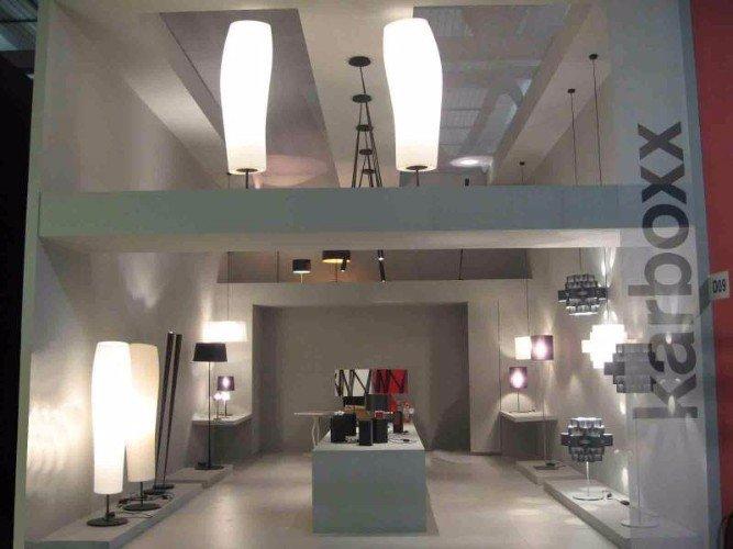 uno stand a due piani del Karboxx con delle lampade da terra