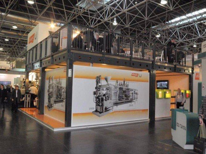 uno stand a due piani con un pannello con una stampa in bianco e nero