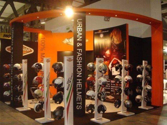 uno stand con dei caschi di diversi tipi esposti