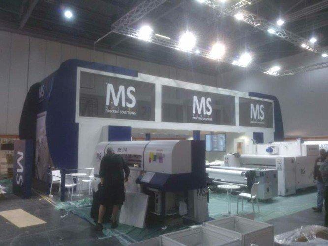 uno stand di MS printing Solutions con esposizione di stampanti professionali
