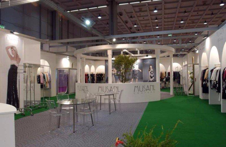 lo stand di Musani Couture con esposizione di abbigliamento