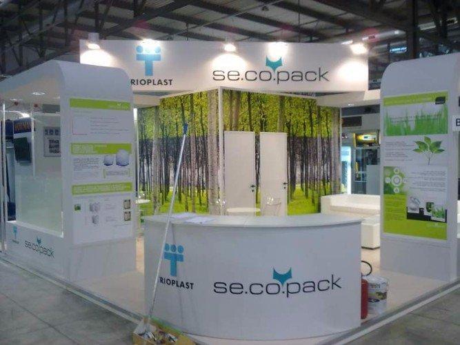uno stand di Trioplast con dei banconi di color bianco e verde