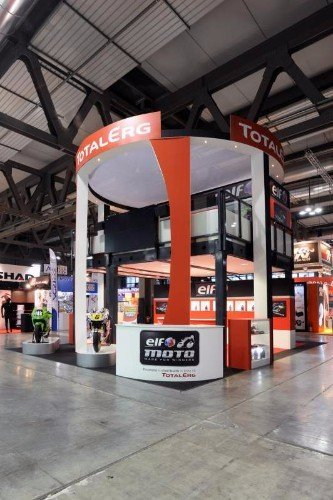 uno stand di Total Erg a due piani di color bianco, nero e rosso