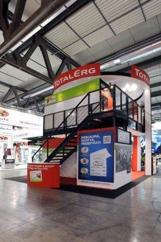 uno stand di Total Erg a due piani con le scale in ferro