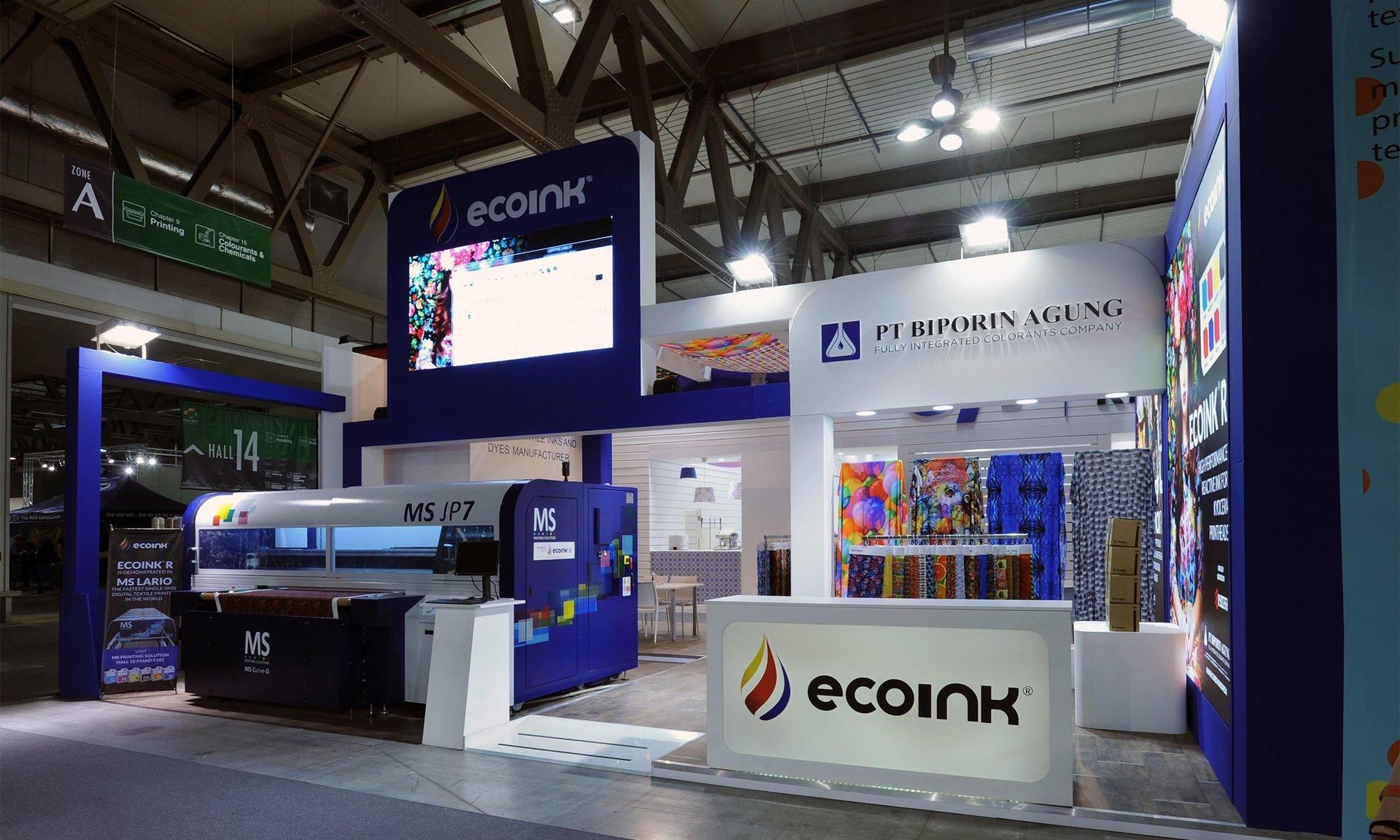 uno stand con esposizione di stoffe con  stampi di vari colori e disegni e una scritta Eco Ink