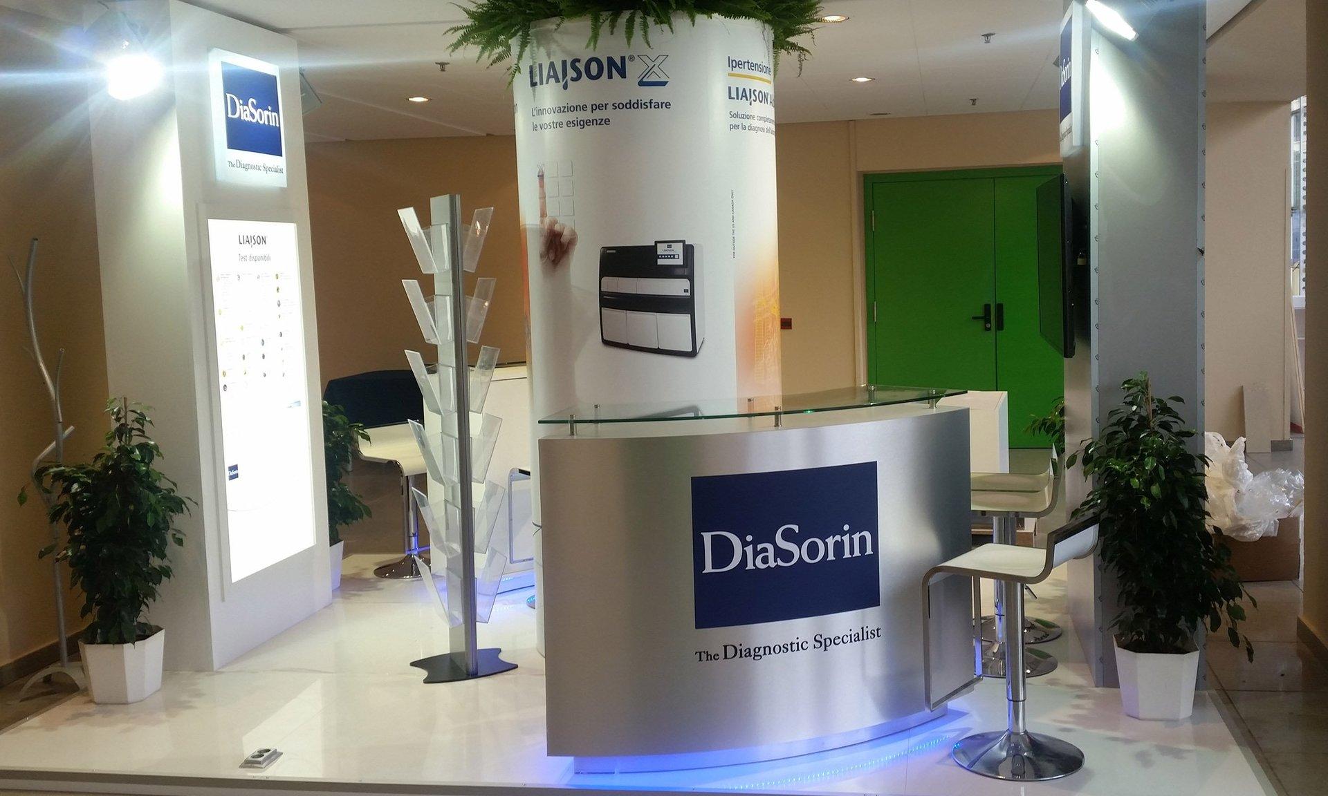 una reception del Diasorin con un bancone e uno sgabello
