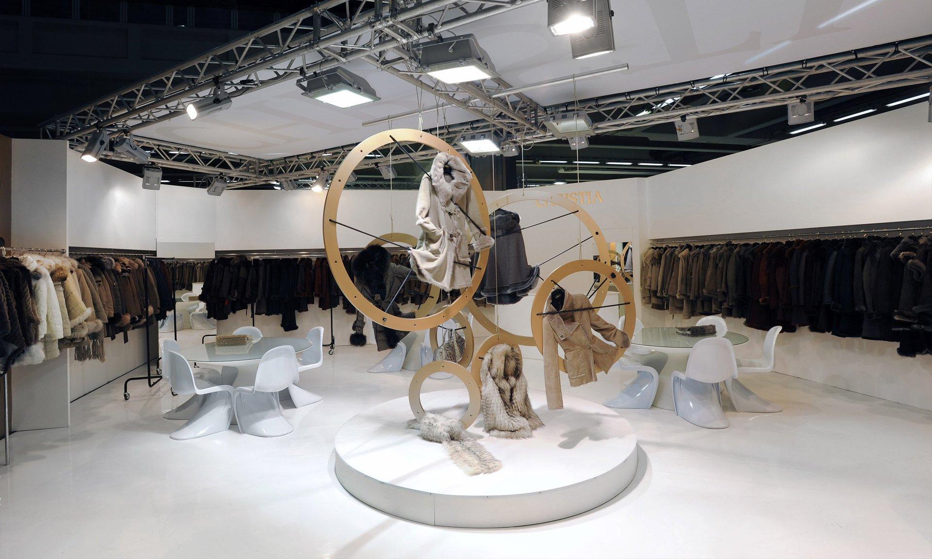 interno di uno stand di abbigliamento e  delle decorazioni con anelli dorati