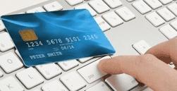 Una carta di credito e una tastiera