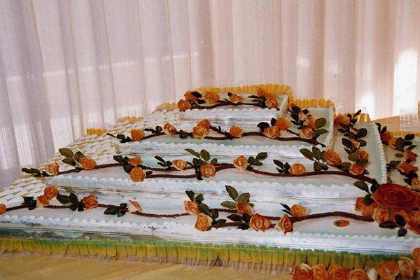 una torta piu piani con rose a decorazione