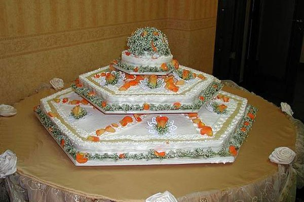 torta piu pianii decorata con dei petali arancioni
