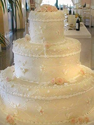 vista frontale di una torta tre piani nuziale
