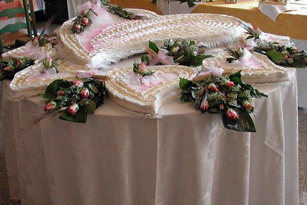un tavolo con delle torte a forma di cuore