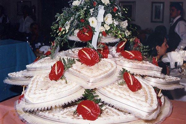 una torta a  forma di un fiore con dei petali