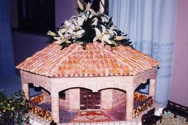 torta a forma di gazebo e fiori sul tetto